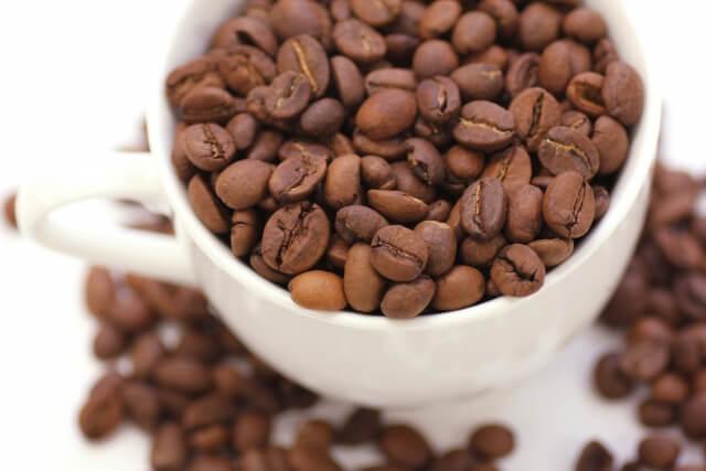 フラットビーン(平豆)と呼ばれ種子が2つある(中に半円球の豆が2つ入っている)一般的なコーヒー豆