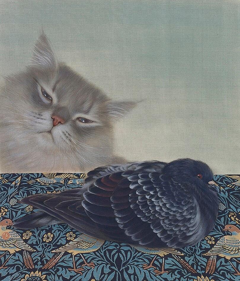 絨毯の上の鳩を狙う猫の絵画、作品名「靠山」 by チン・ペイイ(陳 珮怡)