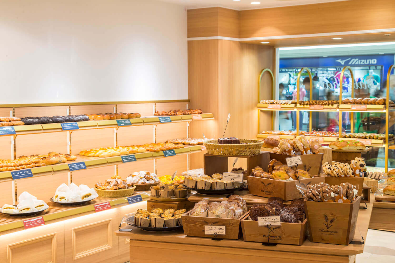 大阪新阪急ホテルの地下1Fにあるベーカリー&カフェ「ブルージン(BLUE JEAN)」の店内イメージ