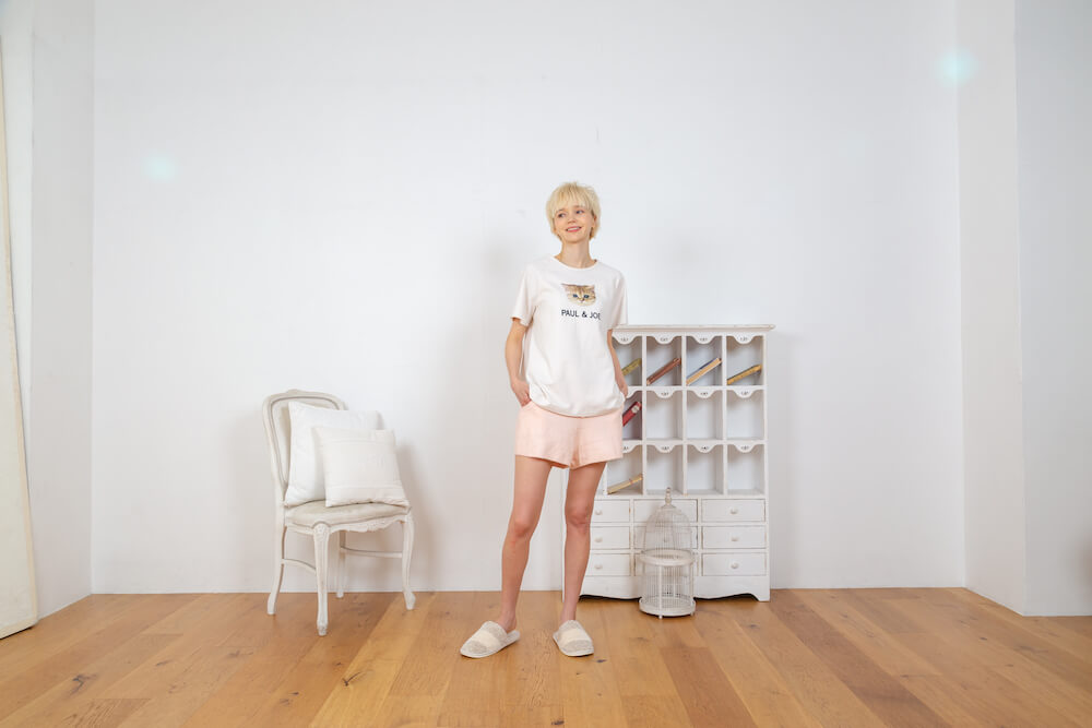 ヌネット&ロゴ Tシャツ × ふわふわニット ショートパンツのコーデ by PAUL & JOE(ポールアンドジョー)