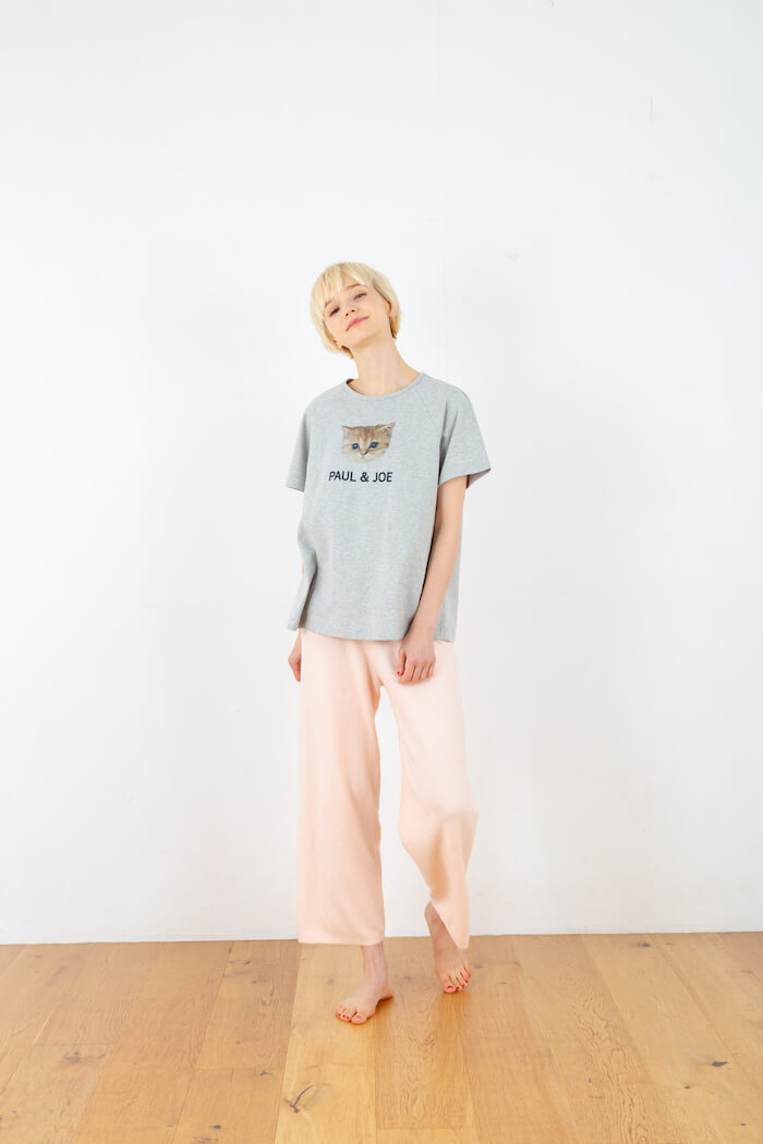 ヌネット&ロゴ Tシャツ × ふわふわニット ロングパンツのコーデ by PAUL & JOE(ポールアンドジョー)