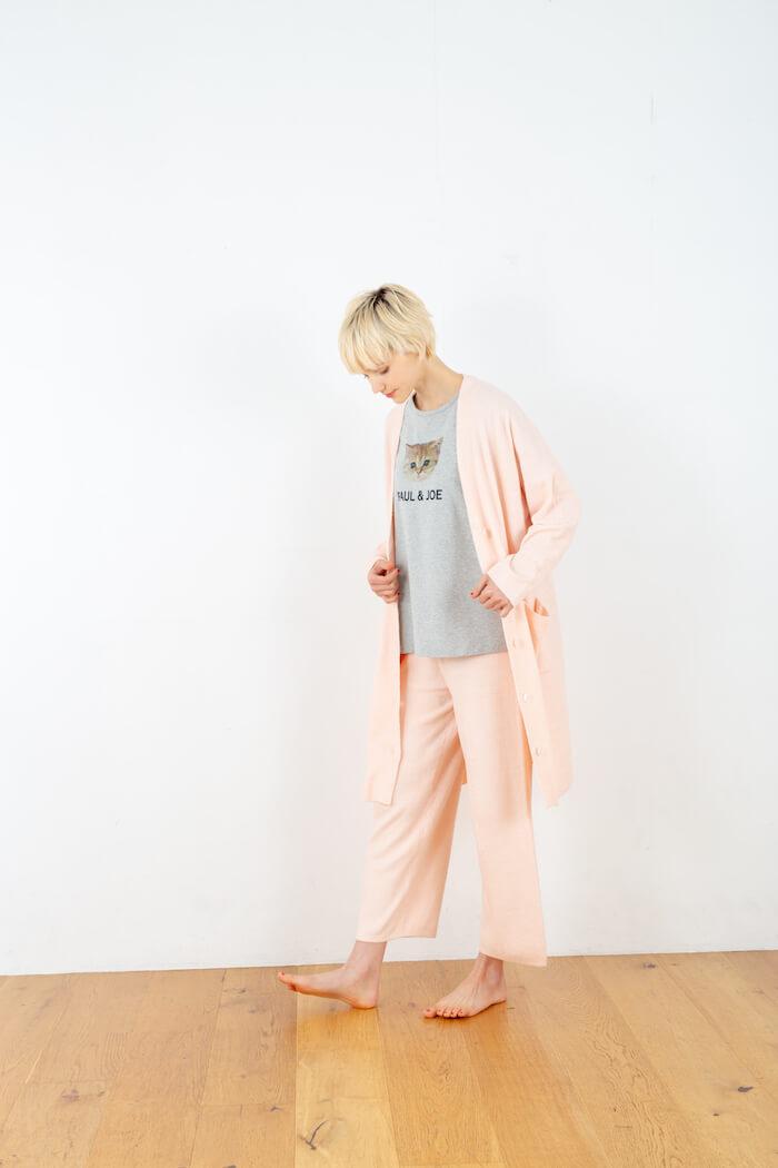 ヌネット&ロゴ Tシャツ × モールヤーンカーディガンのコーデ by PAUL & JOE(ポールアンドジョー)
