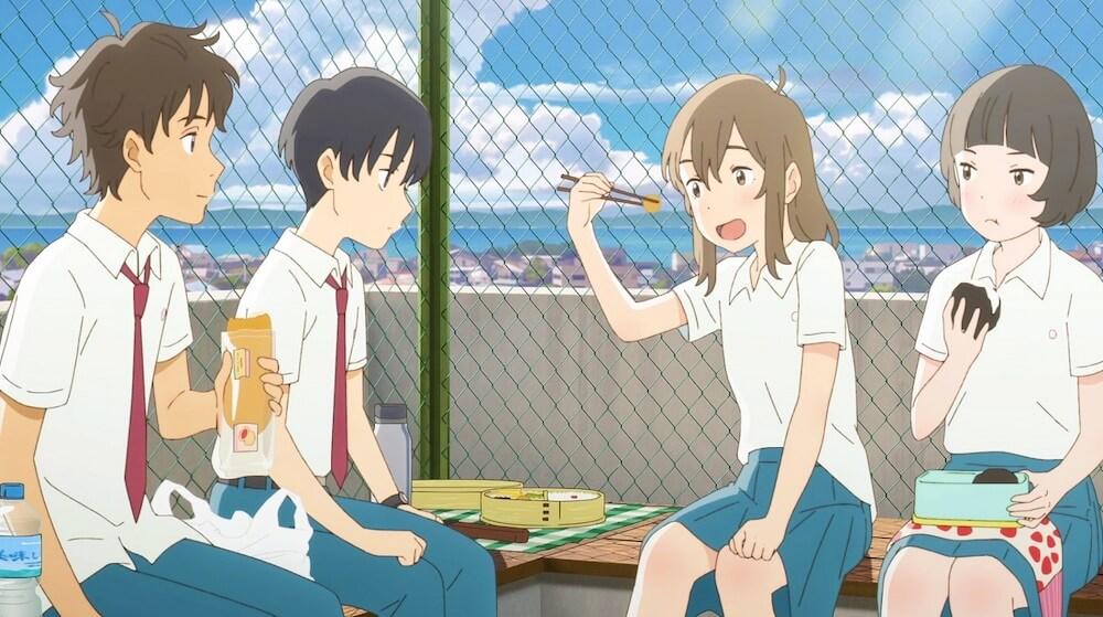 クラスメイトたちと学校の屋上で昼休みを過ごすシーン by 映画「泣きたい私は猫をかぶる」のワンシーン