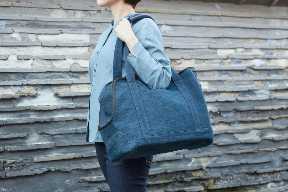「Neko Carry Bag(ネコキャリーバッグ)」をショルダーで持ち運ぶイメージ