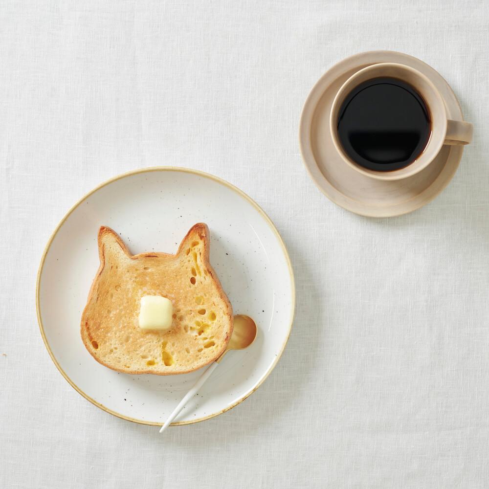 ネコ型の高級食パン「ねこねこ食パン」を焼いてバターをのせたイメージ