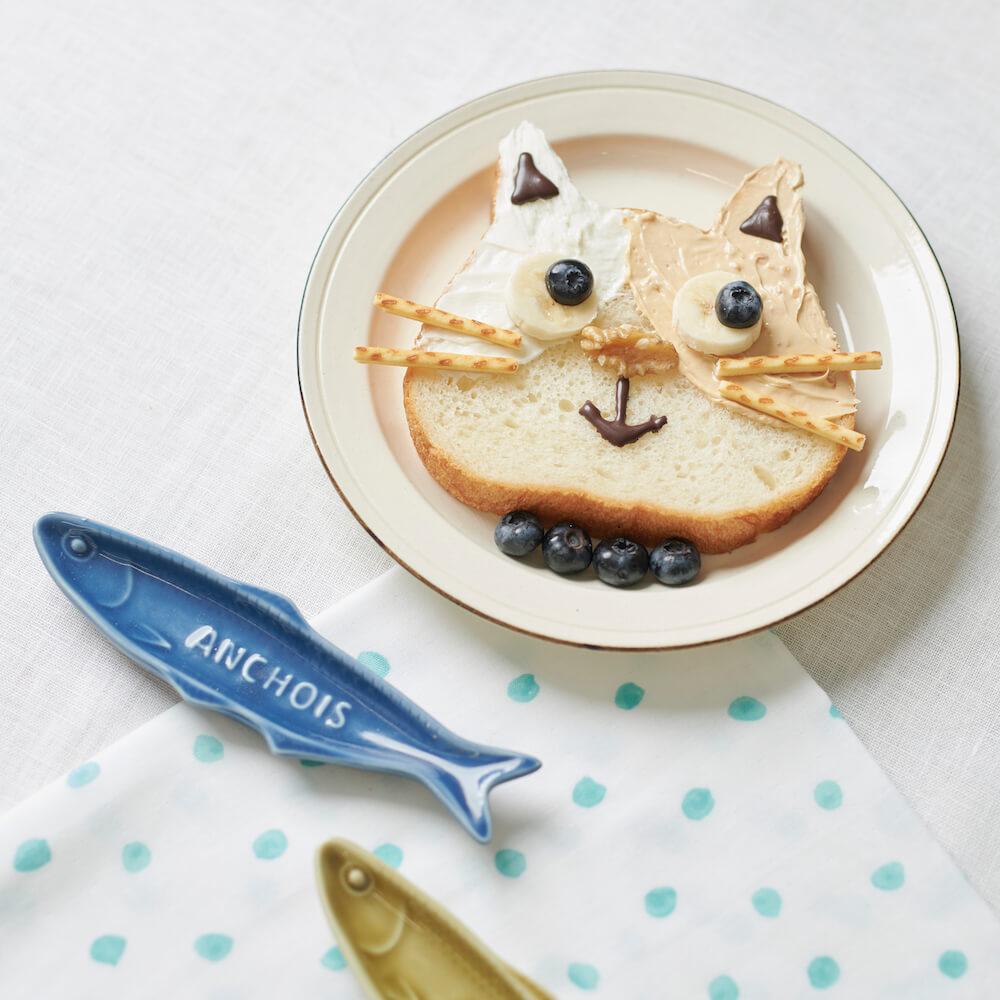 フルーツやチョコペンで猫の顔をデコレーションした「ねこねこ食パン」