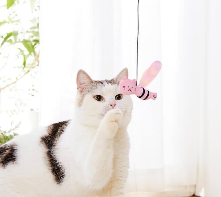猫用おもちゃ「ししゃもねこハチじゃらし」の使用イメージ by PEPPY(ペピイ)