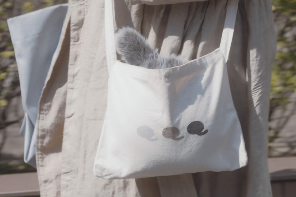 Petit Qoobo(プチ・クーボ)をサコッシュに入れて持ち運ぶイメージ