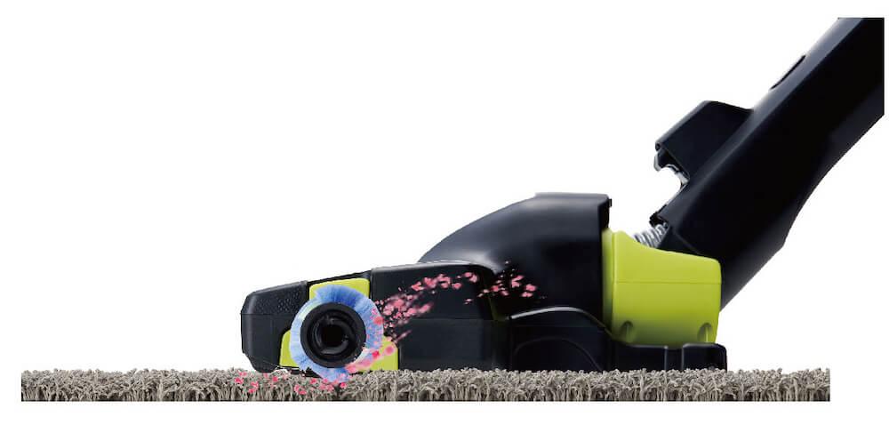 コードレス掃除機「AQC-HF500」でゴミを吸引するイメージ