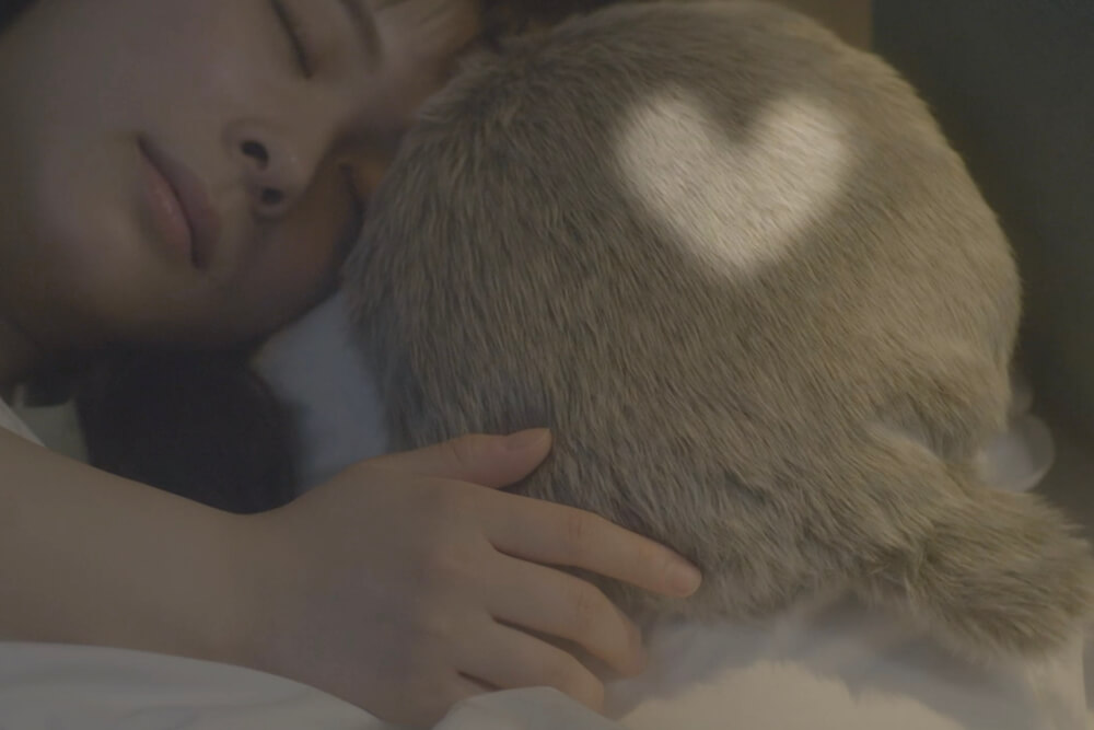 抱きしめると鼓動のような音が聞こえる「Petit Qoobo(プチ・クーボ)」