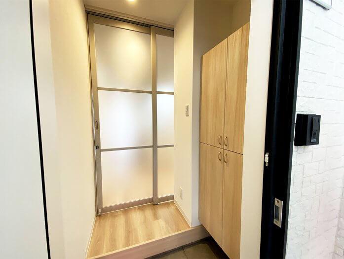 「ワコーレヴィアーノ垂水城が山 猫の家」の猫脱走防止用の内扉(玄関から見たイメージ)