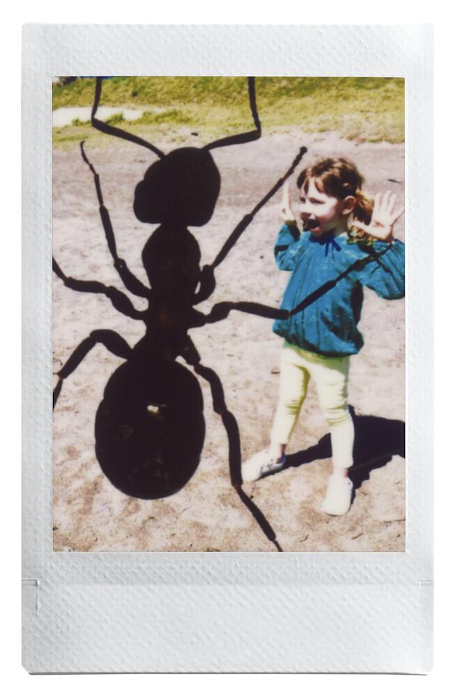 instax mini Linkで作成した「巨大なアリにびっくりする子供の合成写真」
