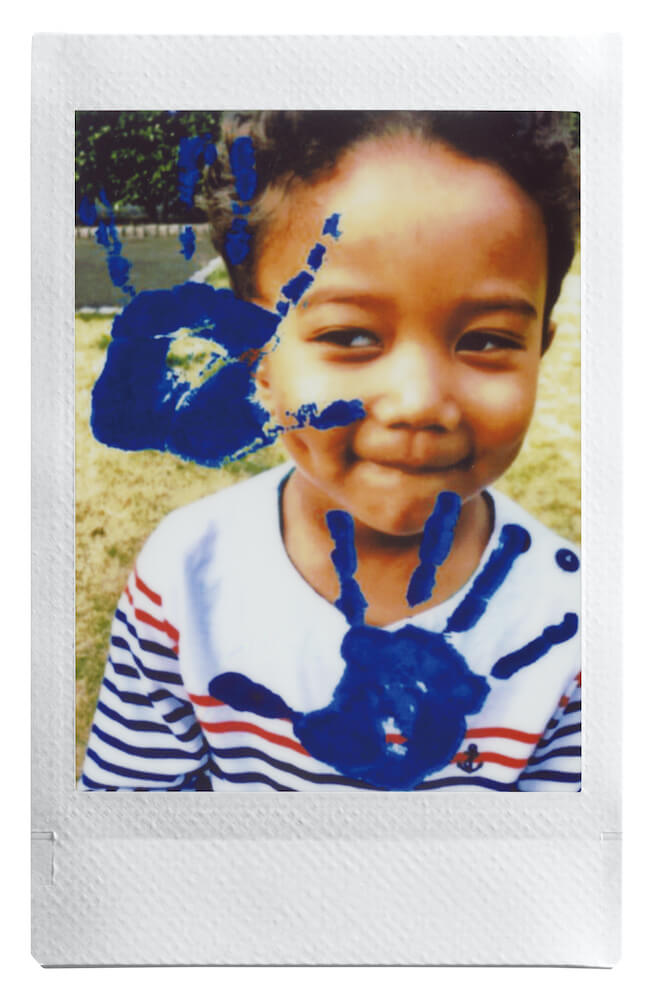 instax mini Linkで作成した「子供の写真に手型を合成した写真」