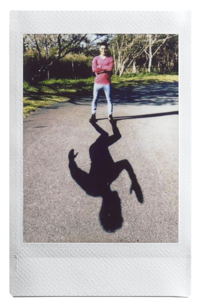 instax mini Linkで作成した「人物の影が勝手に歩き出すように見える合成写真」