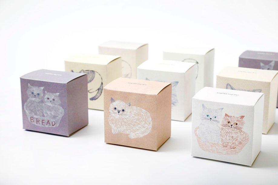 イラストレーターの松尾ミユキさんによる猫イラストがデザインされた「ねこねこクッキー」の商品パッケージ