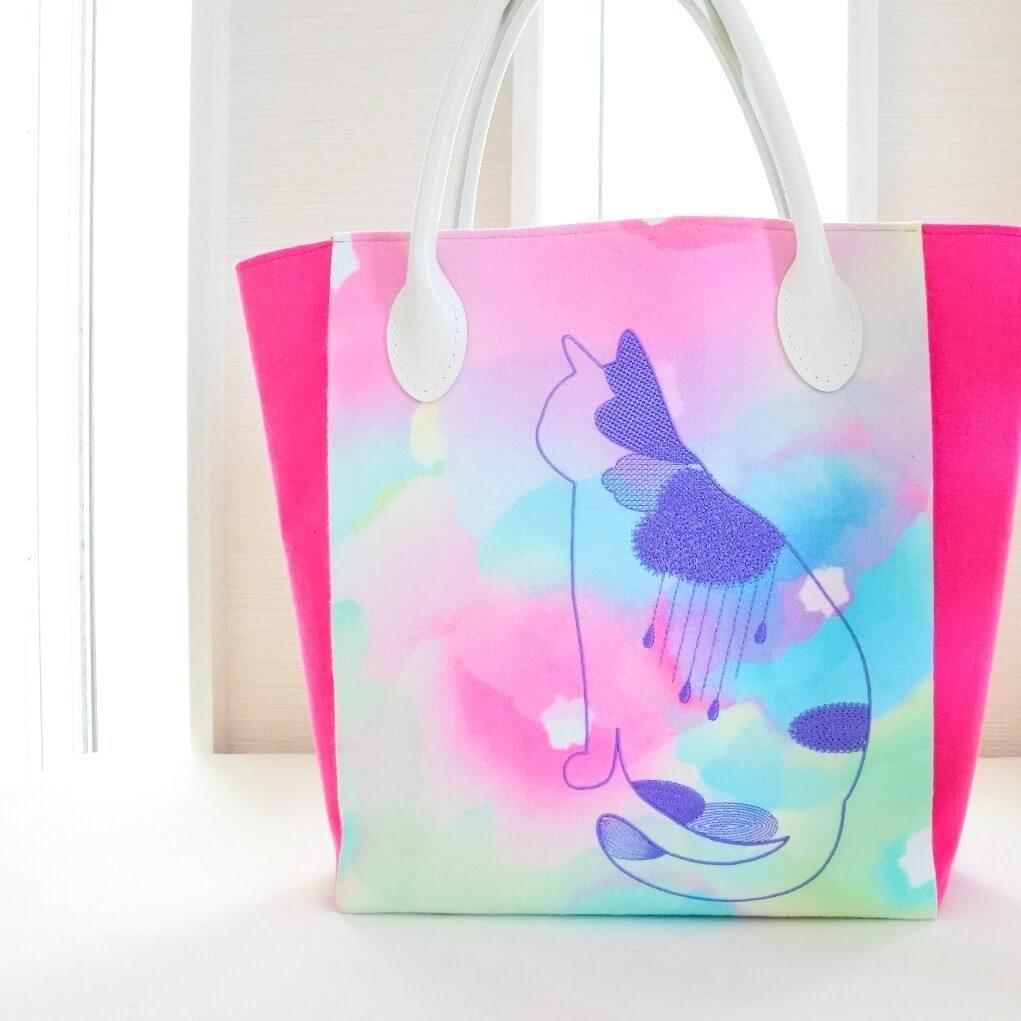 雨降り猫の刺繍バッグ by ハンドメイド作家のコイトネコ