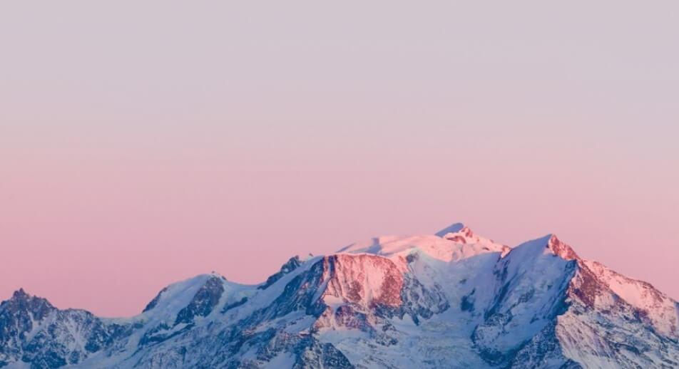 エビアンのボトルデザインの元となった「フレンチアルプスの朝焼け」のグラデーションイメージ写真