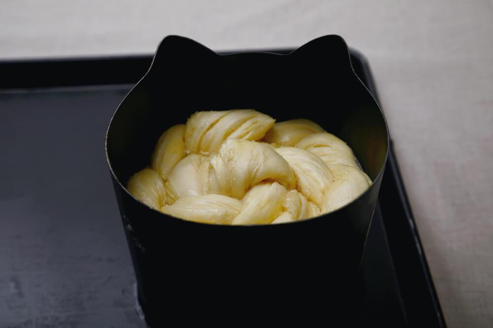 京都ねこねこデニッシュ食パンの焼き型に入れて生地を焼くイメージ by 京都ねこねこ