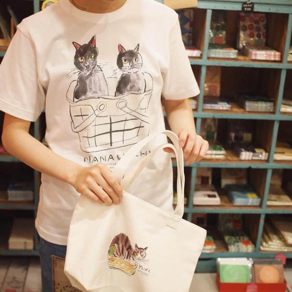 猫の写真を元にイラスト化して作られたTシャツ by うちの猫博