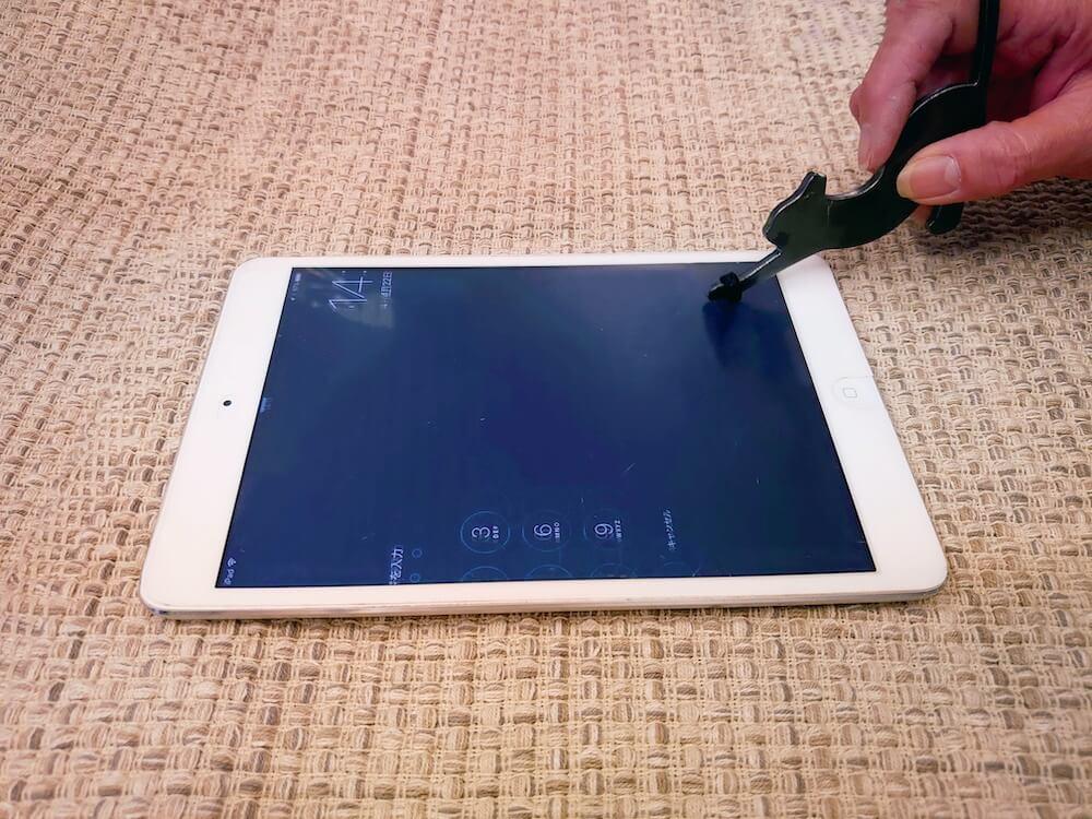 猫型の非接触グッズ「HIBATOUCH(ヒバタッチ)」で触れずにタブレット端末を操作するシーン