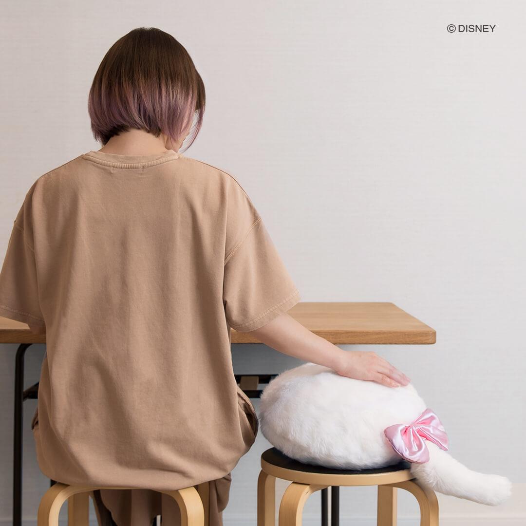 Qoobo ディズニーシリーズ「マリー」を椅子に座って撫でるイメージ