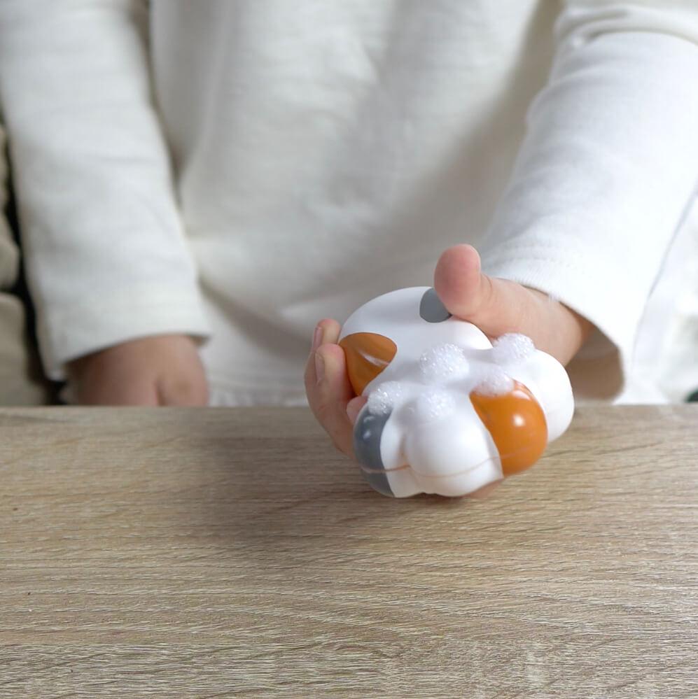 猫の手の形をしたハンドソープディスペンサー「泡にゃん」から泡が出てくるイメージ