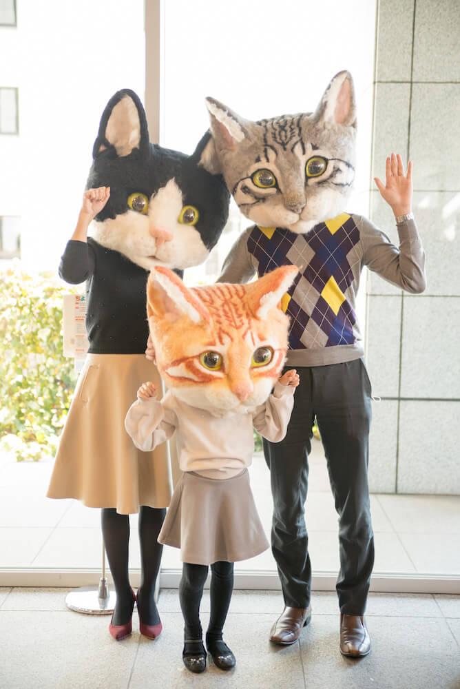 親子で巨大猫のかぶりもの「リアル猫ヘッド」を装着したイメージ