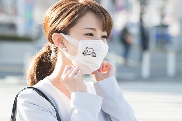 マスタで猫のスタンプを押したマスクを着用する女性のイメージ