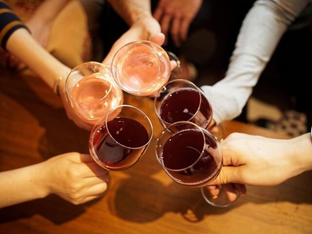 ビール以外のお酒で乾杯する女性のイメージ写真