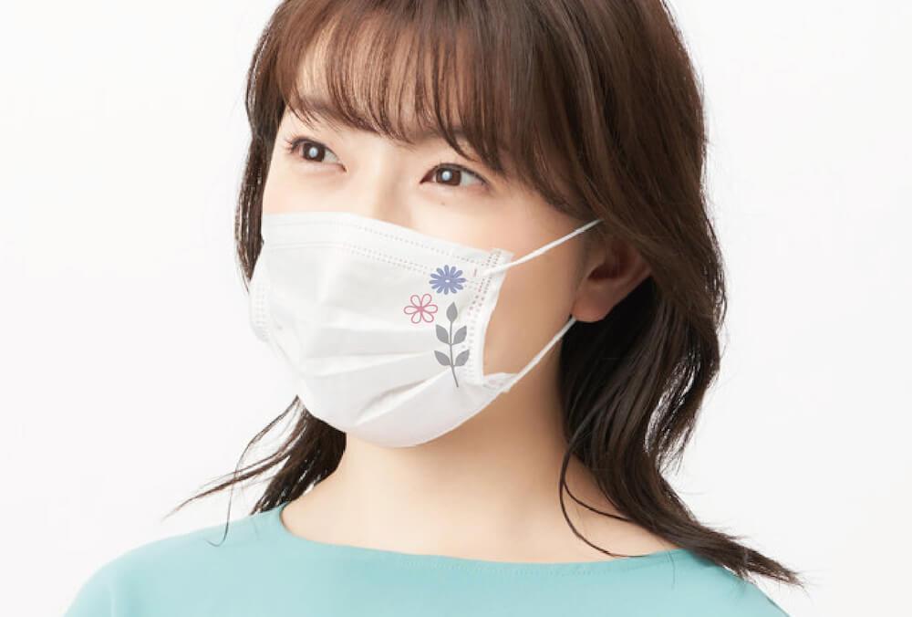 マスク専用デザインスタンプ「マスタ」でデコレーションした白マスクを着用する女性