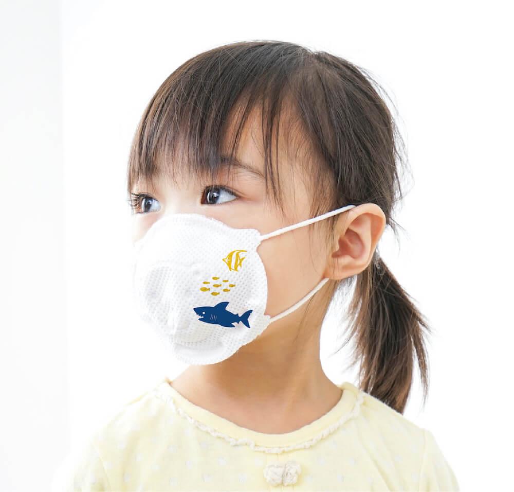マスク専用デザインスタンプ「マスタ」でデコレーションした白マスクを着用する女の子