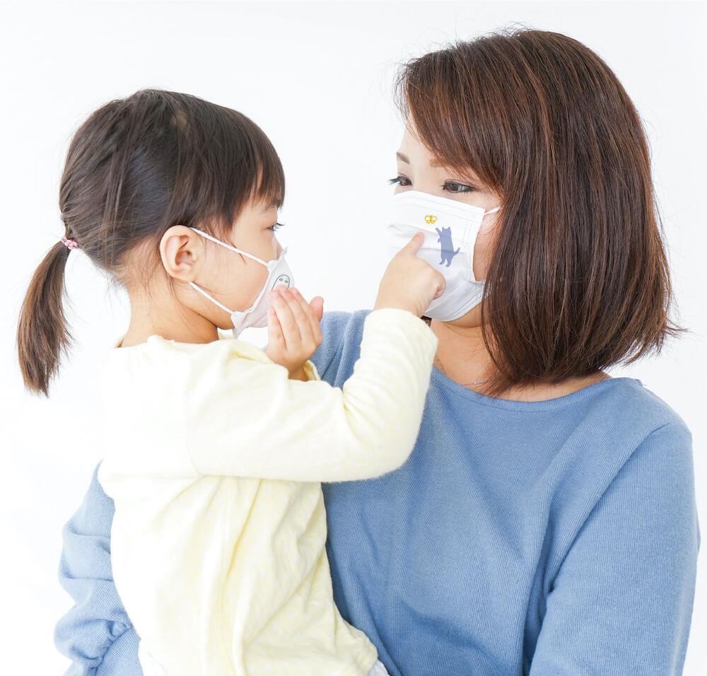 マスク専用デザインスタンプ「マスタ」でデコレーションしたマスクを着用する親子