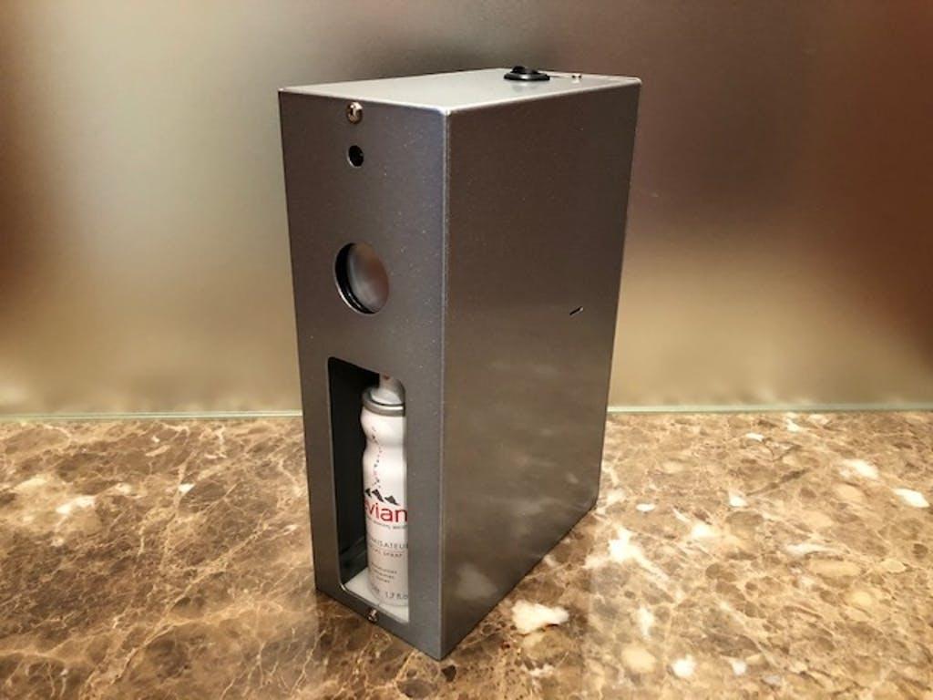 猫がテーブルに乗ると警告して水を噴霧する装置「マニャーdeシュ!」製品イメージ