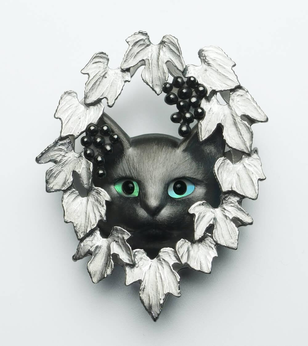 葡萄と猫のブローチ by 大江フミト