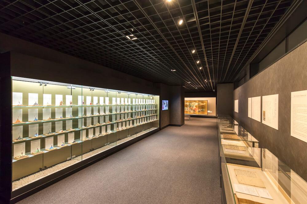 百人一首の歴史を紹介する嵯峨嵐山文華館の常設展示コーナー