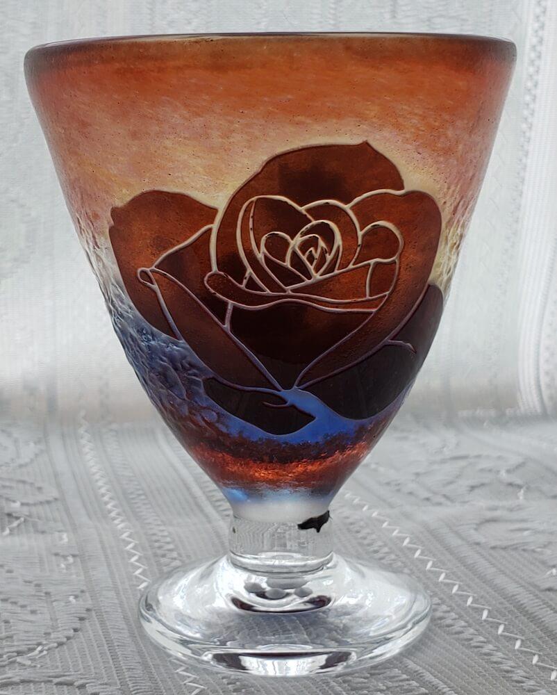 猫とバラ柄吹き4層5色被せ玉 足台付グラス by グラスアート・アン