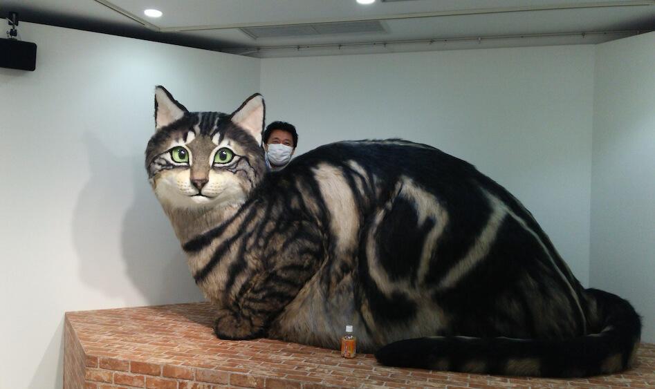 NHK スタジオパーク「岩合光昭の世界ネコ歩き番組展」で展示された巨大猫のオブジェ by 猫人形作家 佐藤法雪