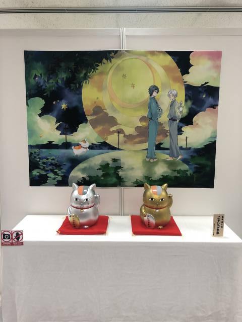 「ニャンコ先生」をモチーフにした金と銀のゴージャスな招き猫を展示