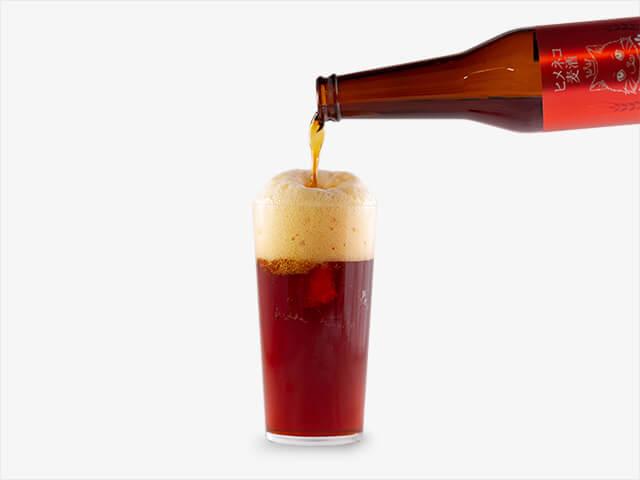 猫がデザインされた地ビール「ヒメネコビール」をグラスに注ぐイメージ