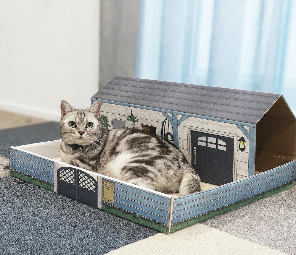 猫用のラグ「猫の箱庭 Rugtasu タイルラグ」の外箱を組み立てた猫ハウス