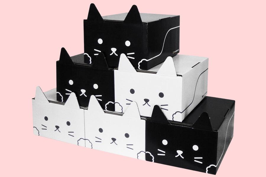 ヤマトの猫型梱包資材ダンボール「ネコ耳BOX」を6箱積み上げたイメージ