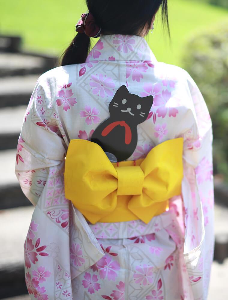 猫型うちわの使用イメージ(浴衣の帯にうちわを差したイメージ)