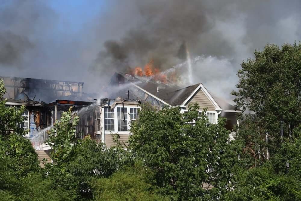 アメリカ合衆国メリーランド州ハワード郡で起こった火事の消火活動の様子