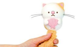 猫なの?ラッコなの?しっぽを握ると歌ってくれる玩具「うたって♪にゃっこアイランド」