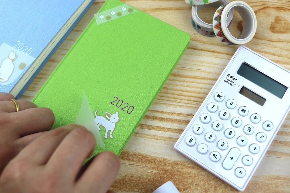 犬デザインの布用転写シールを手帳に貼り付けている様子 by irodo(イロド)