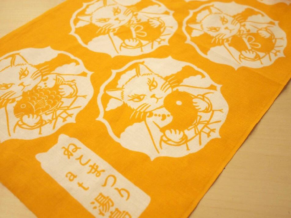 東京ガーデンパレスでもらえるねこまつりオリジナルグッズ「勾玉猫の手ぬぐい」