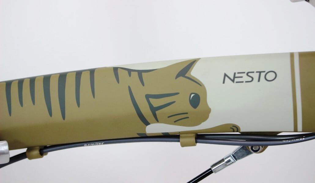 猫をコンセプトにした折り畳み自転車「kocka (コチカ)」キジトラデザインのフレーム部分
