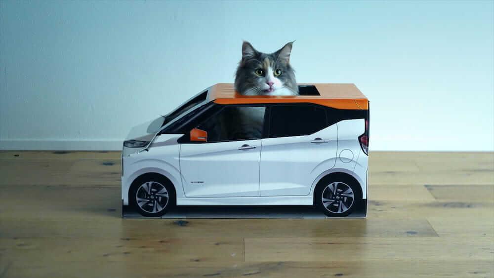日産自動車の「おうち用にゃっさんデイズ」に乗る猫(側面写真)