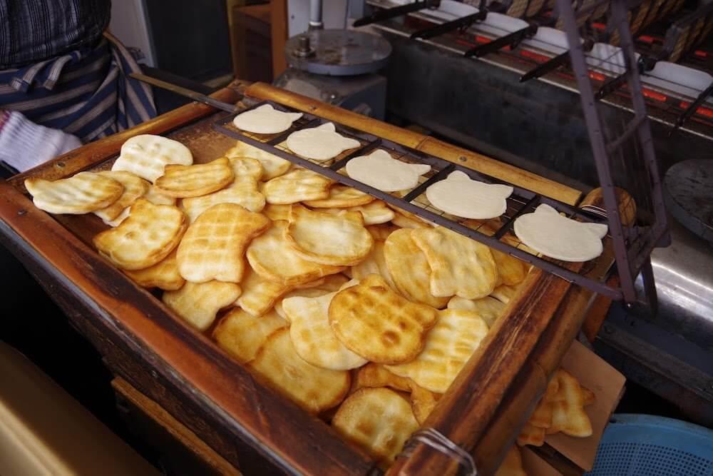 門前仲町の煎餅屋「みなとや」で猫型せんべいを焼いて製造している様子