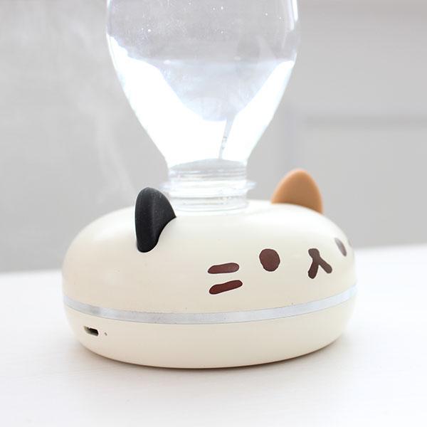 猫型ポータブル加湿器「PePET(ペペット)」に給水タンクであるペットボトルを装着したイメージ